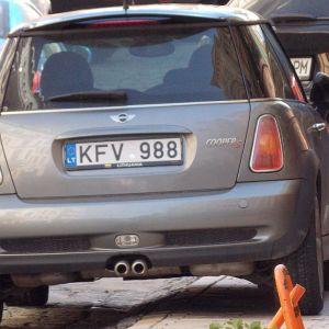 Jis nustatė savo automobilį ant šaligatvio.