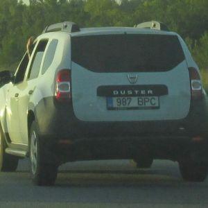 Juht näitab oma auto avatud aknas halvustavaid märke.