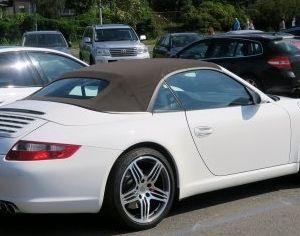 Detta rum är med bil Porsche 911. Jag vill hitta ägaren till bilen.