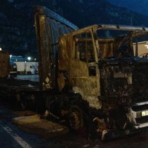 Questo camion è stato bruciato a Trento in Italia.